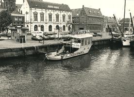 F008843 IJsselkade omstreeks 1984, de kiosk, palinghandel Reumer, de Amrobank en het Postkantoor.