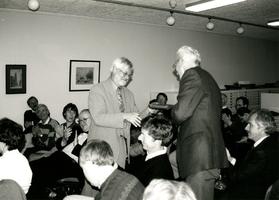 F008848 Genodigden van diverse archieven waren aanwezig bij het afscheid van de dhr. Grooten, gemeentearchivaris van ...