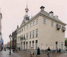 F013232 Het Oude Stadshuis van Kampen op de hoek Oudestraat en Vispoort vlakbij de Stadsbrug..