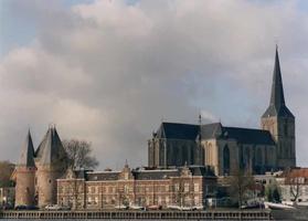 F013236 De Koornmarktspoort en de Sint Nicolaas- of Bovenkerk.