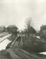 F013255 De Blekerijweg ca. 1900 in IJsselmuiden, links het woonhuis en wasserij van Jan van der Kamp, net over het ...