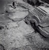 F013350 Serie foto's van opgravingen in de Bovenkerk door G. D. v.d. Heide, waarbij het oudste van de tufstenen kerk in ...