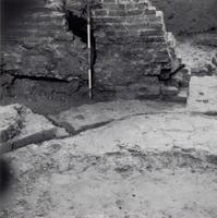 F013351 Serie foto's van opgravingen in de Bovenkerk door G. D. v.d. Heide, waarbij het oudste van de tufstenen kerk in ...