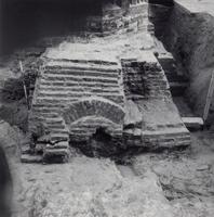 F013352 Serie foto's van opgravingen in de Bovenkerk door G. D. v.d. Heide, waarbij het oudste van de tufstenen kerk in ...