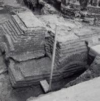 F013354 Serie van foto's van opgravingen in de Bovenkerk door G. D. v.d. Heide, waarbij het oudste van de tufstenen ...