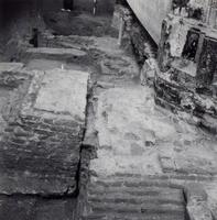 F013356 Serie foto's van opgravingen in de Bovenkerk door G. D. v.d. Heide, waarbij het oudste van de tufstenen kerk in ...