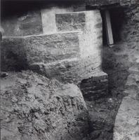 F013358 Serie foto's van opgravingen in de Bovenkerk door G. D. v.d. Heide, waarbij het oudste van de tufstenen kerk in ...