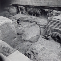 F013366 Serie foto's van opgravingen in de Bovenkerk door G. D. v.d. Heide, waarbij het oudste van de tufstenen kerk in ...