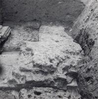F013367 Serie foto's van opgravingen in de Bovenkerk door G. D. v.d. Heide, waarbij het oudste van de tufstenen kerk in ...