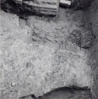 F013368 Serie foto's van opgravingen in de Bovenkerk door G. D. v.d. Heide, waarbij het oudste van de tufstenen kerk in ...