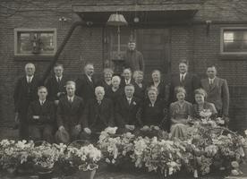 F000303 Groepsfoto van het personeel van de Gasfabriek, feestelijk op de foto tijdens een jubileum.