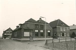 F013199 Op de hoek de winkel nr. 2 en de woningen nrs. 4 en 6, in de Voorstraat bij de hoek Kamperzeedijk te Grafhorst. ...