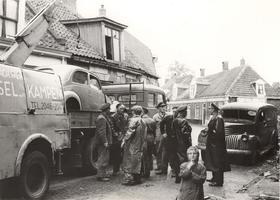 F000203 Aantal mannen (brandweer/politie) met een takelwagen van machinefabriek De IJssel in de Bregittenstraat.