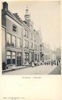F000247 Broederweg met Hotel des Pays-Bas, 2e gebouw van links, geheel rechts de Broederpoort.