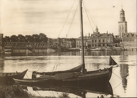 F000127 De IJsselbrug, de Vispoort en de IJsselkade met o.a. het Postkantoor en de Nieuwe Toren, op de voorgrond een ...