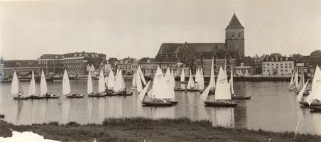 F000129 Zeilwedstrijd op de IJssel nabij de Buitenkerk en Van Heutszplein.