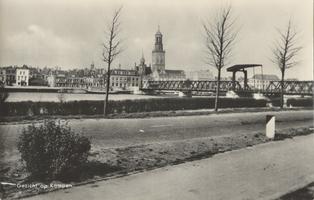 F000097 Het eerste aanzicht van Kampen met de Nieuwe Toren en de IJsselbrug als je met de trein het station binnen rijdt.