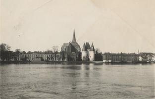 F000098 Centraal op deze foto uit de jaren 30-40 van de vorige eeuw, de Bovenkerk en Koornmarktspoort.