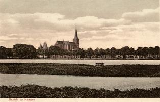 F000093 De IJssekade met de Bovenkerk en de Koornmarktspoort in het begin van de 20ste eeuw.