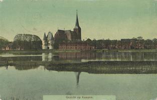 F000094 De IJssekade met de Bovenkerk en de Koornmarktspoort in het begin van de 20ste eeuw.