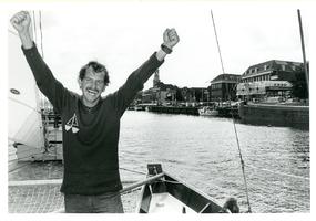 F011074 Zeezeiler Henk de Velde uit IJsselmuiden werd na 7 jaar de wereldzeeën te hebben bevaren, op 7 augustus 1985 ...