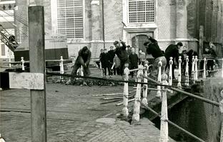 F013373 Werkzaamheden aan de Broederbrug, de man links met gebogen rug is Hendrik van den Belt, geboren 28-10-1932.