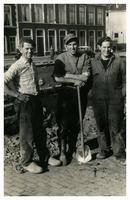 F013374 Werkzaamheden aan de Burgel en kademuren door, links; Mense, geb. 30-05-1932, neef van (midden) Hendrik van den ...