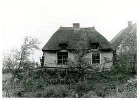 F013408 Onbewoonbaar verklaarde woning aan de Rondeweg nr. 24 in IJsselmuiden.