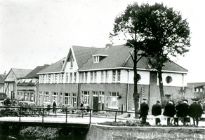F013413 Bouw van woningen aan de Trekvaart in IJsselmuiden, hier was ook de kazerne van de Rijkspolitie gevestigd. Op ...