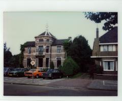 F013419 Het voormalig Gemeentehuis van IJsselmuiden aan de Burg. Van Engelenweg, hoek Sportlaan.
