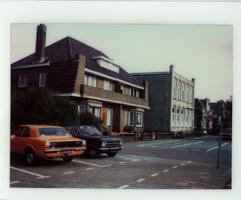 F013420 Woningen aan de Burg. Van Engelenweg in IJsselmuiden, het gebouw ernaast is afgebroken t.b.v. nieuwbouw woningen.