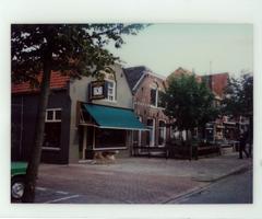 F013423 Woningen en winkels aan de Burg. Van Engelenweg in IJsselmuiden.