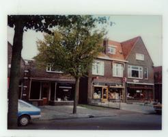 F013424 Woningen en winkels aan de Burg. Van Engelenweg in IJsselmuiden.