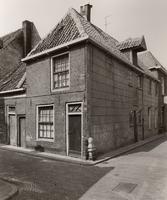 F000267 Pand Buitenhofstraat 1/hoek Botervatsteeg, rechts van de deur een bijzondere stoeppaal (zie volgend fotonummer).