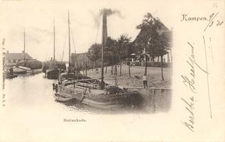 F000274 De oude Buitenhaven en Buitenkade. De schoorsteen behoort toe aan de stoom-stropapierfabriek die in 1854 is gebouwd.