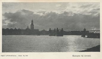 F000083 Een bijna silhouet van het aanzicht van Kampen met de brug, de Nieuwe Toren en rechts de Buitenkerktoren.