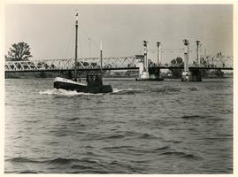 F007056 De IJsselbrug (ook wel Stadsbrug genoemd) met op de voorgrond de vissersboot van Marten Woning, de laatste ...