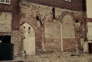 F005711 Muur restanten van het St. Geertruids gasthuis in de Boven Nieuwstraat.