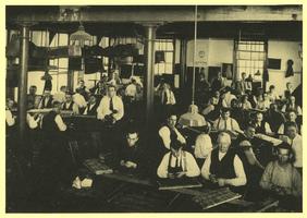 F004842 Sigarenmakers van sigarenfabriek Indiana aan de IJsselkade 1, omstreeks 1935.