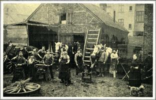 F005717 Het was hard werken voor de smid en zijn knechten aan het eind van de vorige eeuw.