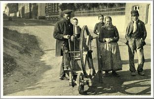 F005719 De scharenslijper trok met zijn familie door de steden en dorpen.