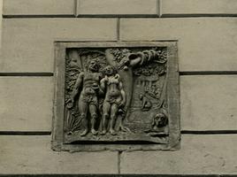 F000191 Gevelsteen in de voorgevel van pand aan de Broederstraat nr. 25, voorstellend Adam en Eva in het Paradijs.
