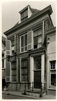 F000195 Voorgevel van het woonhuis aan de Bovennieuwstraat nr. 121, de natuurstenen stoep en smeedijzeren hek zijn verdwenen.