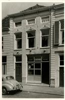 F000194 Voorgevel van een 18e eeuws pand aan de Bovennieuwstraat nr. 93, boven de ramen en deur zijn versieringen ...