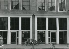 F010519 Oudestraat no. 47-49, de winkel van Brons, textielsuper.