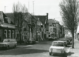 F010525 De Graafschap gezien naar de Zwanebrug, links een tabakswinkel en een garage met een benzinepomp.