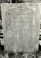 F003947 Grafsteen van Regiena Schaap-Eijzerman, geboren 1 april 1810/6 Nisan (5)579. - H(ier is) b(egraven) de v(rouw) ...