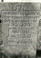 F003952 Grafsteen van Koos I. Vos, geboren 9 juni 1866/26 Siwan (5)626). - H(ier is) b(egraven) e(erwaarde) M sh l m, ...