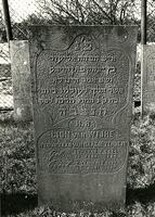 F003955 Grafsteen van Lion van Wijhe, weduwnaar van Naatje Zendijk, geboren 29 februari 1824/30 Adar 1 (5)584. - H(ier ...