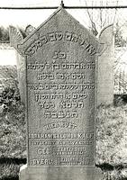 F003961 Grafsteen van Abraham Salomon Kalf, echtgenoot van L. v.d. Linde, geboren 4 januari 1841/11 Tebeth (5)601 - En ...